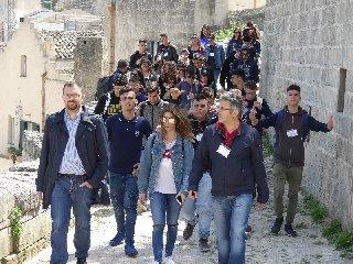 https://www.ragusanews.com//immagini_articoli/23-05-2018/studenti-ispica-presenti-matera-240.jpg