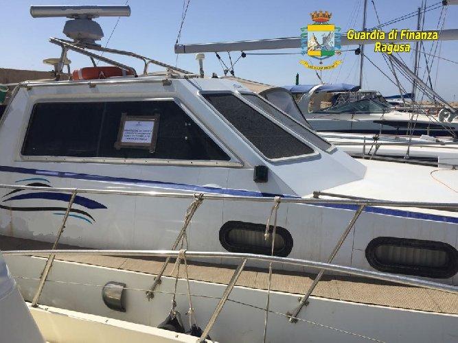 https://www.ragusanews.com//immagini_articoli/23-05-2018/vittoria-evasore-totale-sequestrata-barca-metri-500.jpg