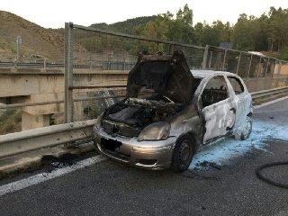 https://www.ragusanews.com//immagini_articoli/23-05-2019/yaris-a-fuoco-catania-palermo-traffico-bloccato-240.jpg