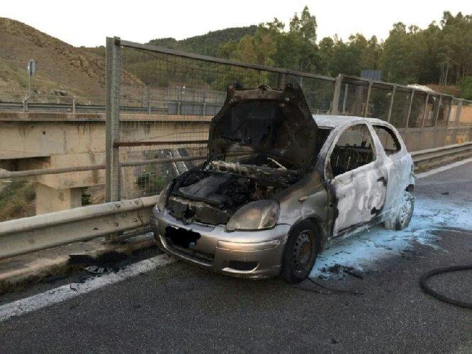 https://www.ragusanews.com//immagini_articoli/23-05-2019/yaris-a-fuoco-catania-palermo-traffico-bloccato-500.jpg