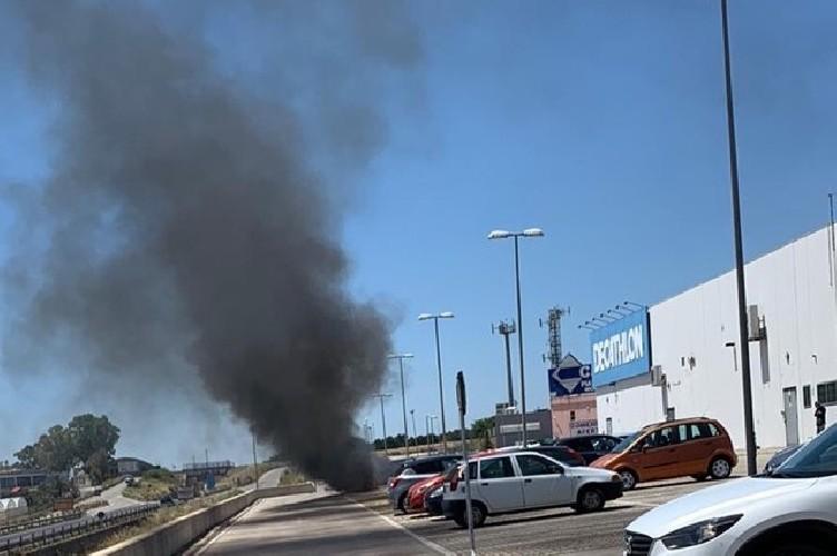 https://www.ragusanews.com//immagini_articoli/23-05-2020/va-a-fuoco-un-auto-nel-parcheggio-decathlon-a-ragusa-500.jpg