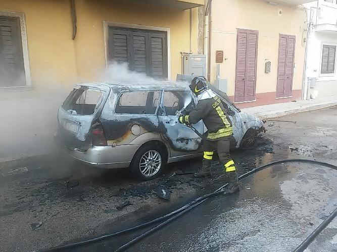 http://www.ragusanews.com//immagini_articoli/23-06-2016/a-fuoco-un-auto-e-un-furgone-500.jpg