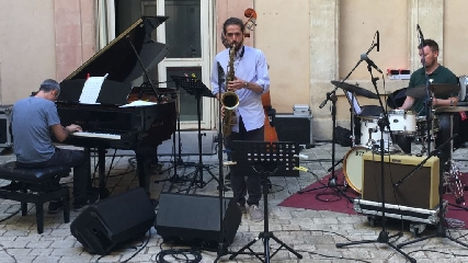 http://www.ragusanews.com//immagini_articoli/23-06-2017/dario-terzuolo-vinto-vittoria-rotary-jazz-award-240.jpg