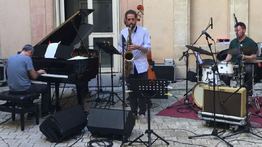 https://www.ragusanews.com//immagini_articoli/23-06-2017/dario-terzuolo-vinto-vittoria-rotary-jazz-award-500.jpg