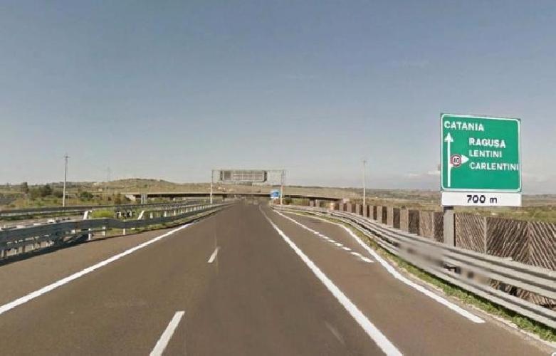 Incidente stradale sulla Catania-Siracusa: perde il controllo dell'auto, morto 62enne