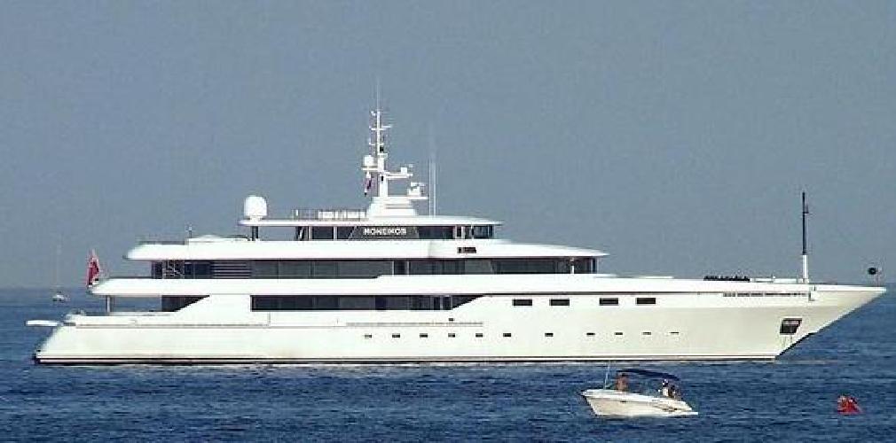 http://www.ragusanews.com//immagini_articoli/23-06-2017/yacht-moneikos-seconda-famiglia-ricca-ditalia-siracusa-500.jpg