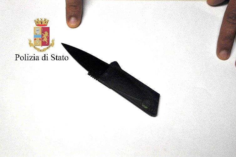 https://www.ragusanews.com//immagini_articoli/23-06-2018/aeroporto-comiso-voleva-partire-cartuccia-coltello-500.jpg