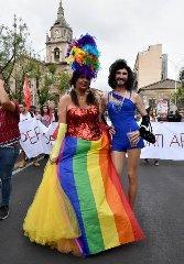 https://www.ragusanews.com//immagini_articoli/23-06-2018/festa-pride-catania-240.jpg