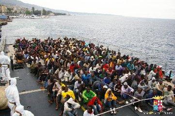 https://www.ragusanews.com//immagini_articoli/23-06-2018/nave-migranti-ferma-ieri-davanti-porto-pozzallo-attesa-240.jpg