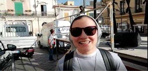 https://www.ragusanews.com//immagini_articoli/23-06-2018/suor-cristina-chiaramonte-vera-felicita-piccoli-gesti-video-240.jpg