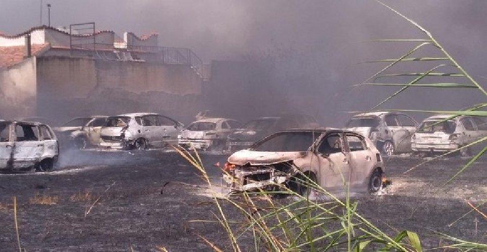 https://www.ragusanews.com//immagini_articoli/23-06-2019/noto-50-auto-a-fuoco-a-eloro-500.jpg