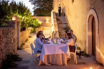 https://www.ragusanews.com//immagini_articoli/23-06-2020/1592908477-riapre-il-ristorante-il-cenobio-a-ragusa-3-240.jpg