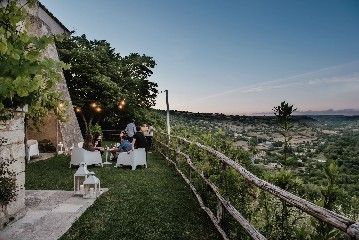 https://www.ragusanews.com//immagini_articoli/23-06-2020/1592908478-riapre-il-ristorante-il-cenobio-a-ragusa-4-240.jpg