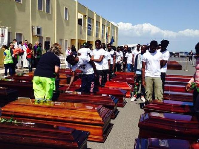http://www.ragusanews.com//immagini_articoli/23-07-2014/celebrati-i-funerali-dei-48-migranti-morti-a-pozzallo-500.jpg