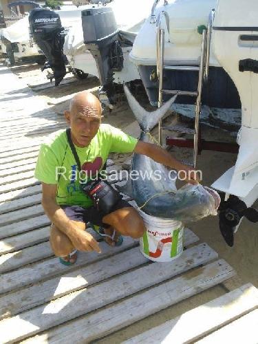 https://www.ragusanews.com//immagini_articoli/23-07-2014/voi-dite-che-il-mare-non-e-pulito-io-pesco-questo-500.jpg