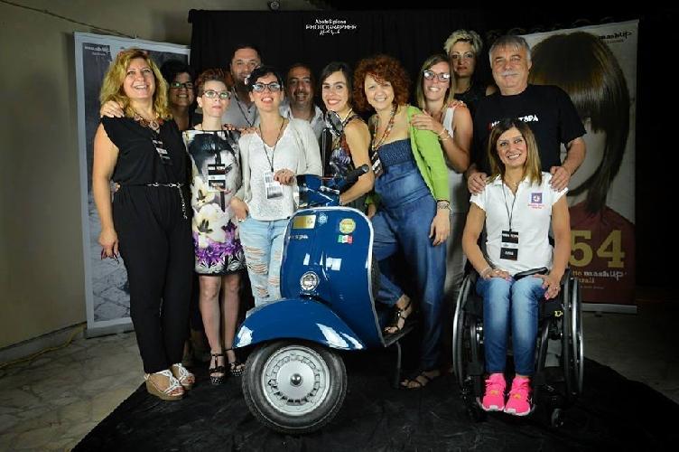 http://www.ragusanews.com//immagini_articoli/23-07-2015/a-rosolini-la-moda-viaggia-in-vespa-500.jpg