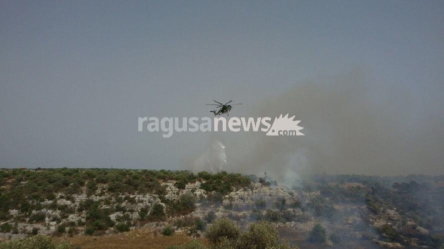 http://www.ragusanews.com//immagini_articoli/23-07-2017/vasto-incendio-nacalino-500.jpg