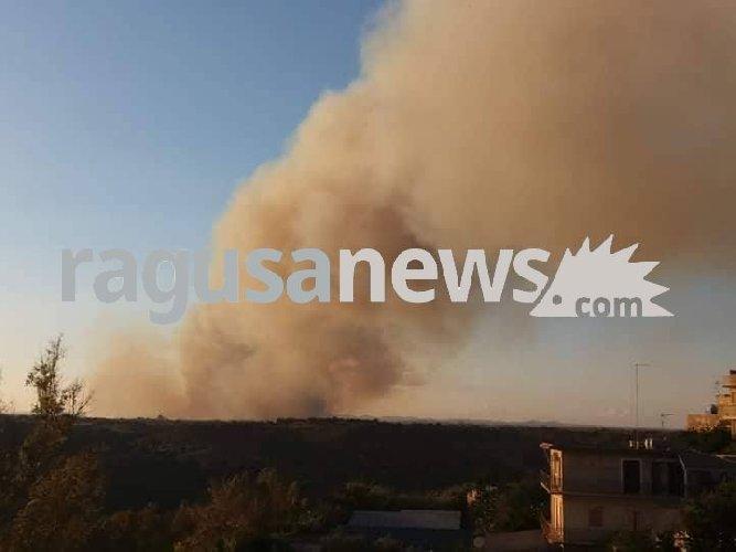 https://www.ragusanews.com//immagini_articoli/23-07-2018/acate-gravissimo-incendio-bosco-pietro-500.jpg