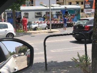 https://www.ragusanews.com//immagini_articoli/23-07-2018/ragusa-auto-sfiorata-treno-resta-bloccata-passaggio-livello-240.jpg
