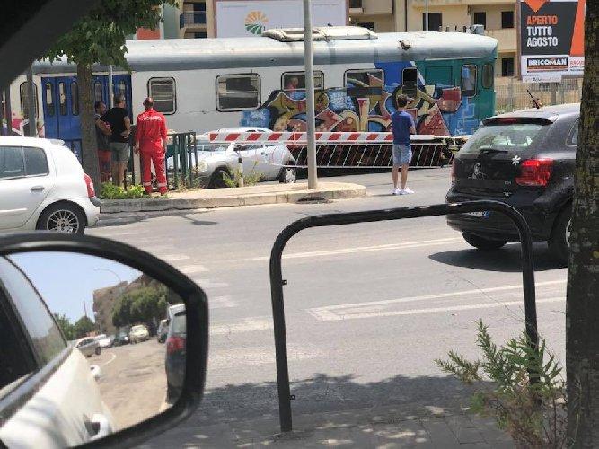 https://www.ragusanews.com//immagini_articoli/23-07-2018/ragusa-auto-sfiorata-treno-resta-bloccata-passaggio-livello-500.jpg