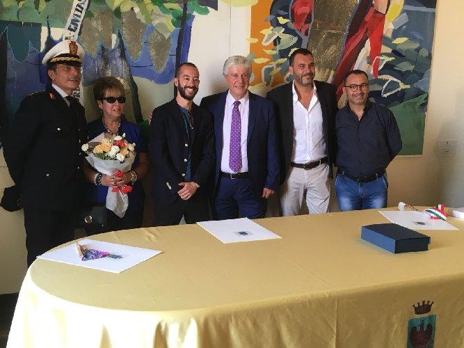 https://www.ragusanews.com//immagini_articoli/23-07-2018/sindaco-elmwood-park-francesco-caramagna-visita-vittoria-500.jpg