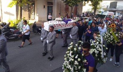 https://www.ragusanews.com//immagini_articoli/23-07-2019/anna-quella-bara-bianca-coi-cuori-rossi-240.jpg