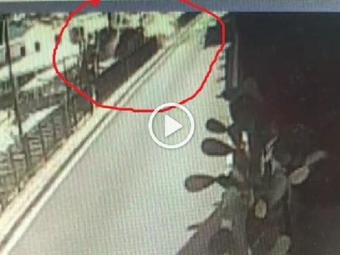 https://www.ragusanews.com//immagini_articoli/23-07-2021/capri-il-momento-in-cui-il-bus-precipita-nella-scarpata-video-500.jpg