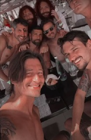 https://www.ragusanews.com//immagini_articoli/23-07-2021/francesco-oppini-friends-se-la-spassano-in-sicilia-video-280.jpg