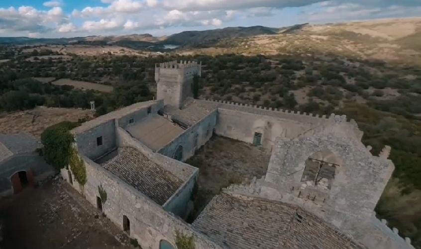 https://www.ragusanews.com//immagini_articoli/23-07-2021/ragusa-in-volo-sopra-il-castello-della-dama-fantasma-video-500.jpg