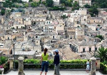 http://www.ragusanews.com//immagini_articoli/23-08-2017/cuntu-cuntu-viaggio-quartiere-ebraico-cartellone-240.jpg