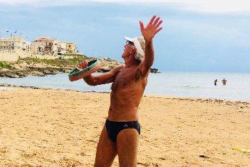 https://www.ragusanews.com//immagini_articoli/23-08-2018/1535028531-estati-peppino-tamburello-gesto-atletico-2-240.jpg