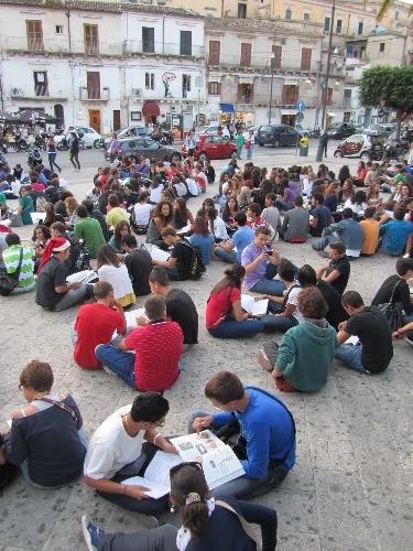 https://www.ragusanews.com//immagini_articoli/23-09-2011/classe-pollaio-a-modica-la-protesta-viaggia-in-rete-500.jpg