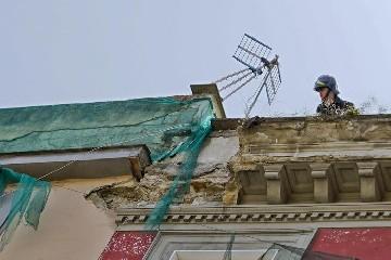 https://www.ragusanews.com//immagini_articoli/23-09-2020/crolla-un-cornicione-evacuate-11-abitazioni-ed-una-farmacia-240.jpg