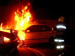 http://www.ragusanews.com//immagini_articoli/23-10-2017/auto-fiamme-viale-libert-scicli-240.jpg