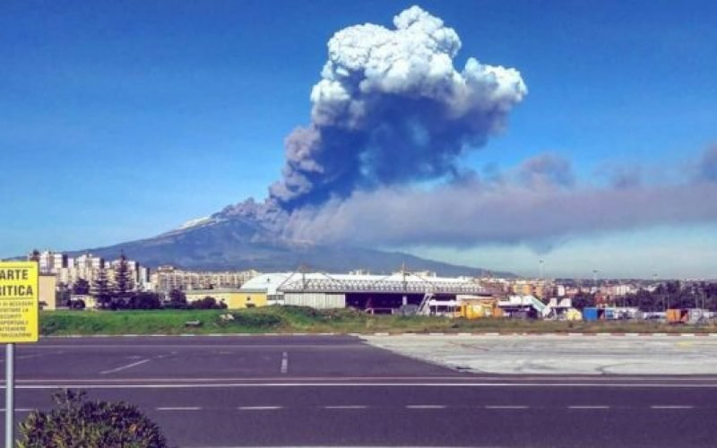 https://www.ragusanews.com//immagini_articoli/23-10-2020/cenere-etna-5-aerei-l-ora-all-aeroporto-di-catania-500.jpg