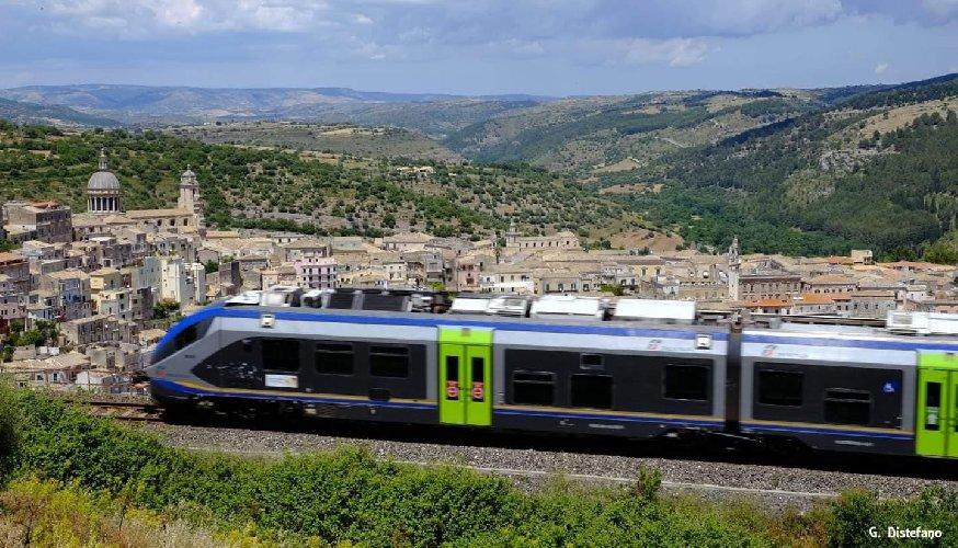 https://www.ragusanews.com//immagini_articoli/23-10-2020/treni-impossibile-prenotare-per-natale-500.jpg