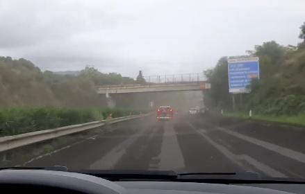 https://www.ragusanews.com//immagini_articoli/23-10-2021/eruzione-etna-in-autostrada-piovono-pietre-video-280.jpg