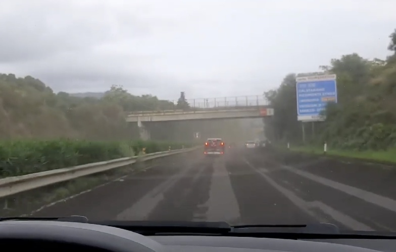 https://www.ragusanews.com//immagini_articoli/23-10-2021/eruzione-etna-in-autostrada-piovono-pietre-video-500.jpg