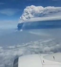 https://www.ragusanews.com//immagini_articoli/23-10-2021/l-eruzione-dell-etna-vista-in-diretta-dall-aereo-video-280.jpg