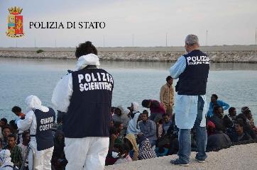 http://www.ragusanews.com//immagini_articoli/23-11-2017/sbarco-pozzallo-bimba-anni-trasportata-messina-elisoccorso-240.jpg