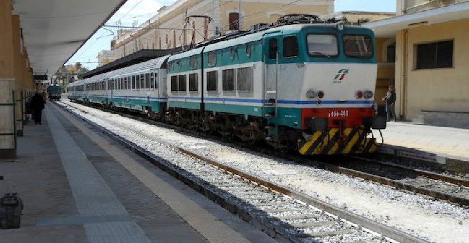 https://www.ragusanews.com//immagini_articoli/23-11-2018/fermi-treni-tratta-catania-siracusa-settimana-500.jpg