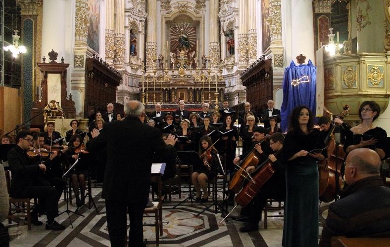 http://www.ragusanews.com//immagini_articoli/23-12-2014/concerto-del-coro-monteverdi-a-modica-500.jpg