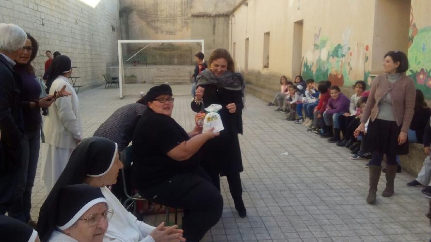 https://www.ragusanews.com//immagini_articoli/23-12-2015/doni-di-natale-ai-bambini-del-centro-diurno-500.jpg