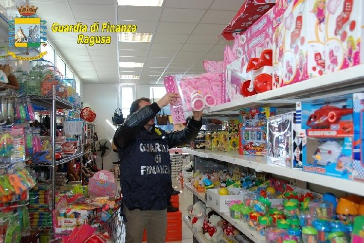 http://www.ragusanews.com//immagini_articoli/23-12-2015/i-giocattoli-illegali-a-modica-500.jpg