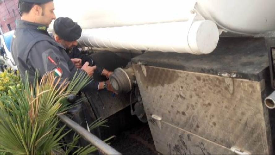 http://www.ragusanews.com//immagini_articoli/23-12-2015/il-gasolio-di-contrabbando-500.jpg