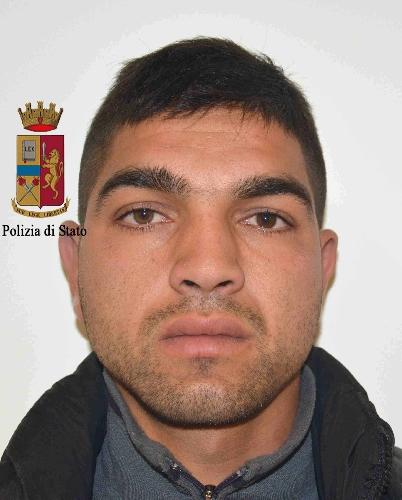 http://www.ragusanews.com//immagini_articoli/23-12-2015/il-rumeno-che-sperona-la-polizia-500.jpg