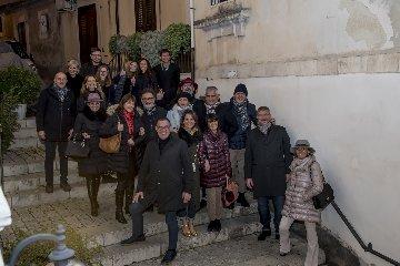 https://www.ragusanews.com//immagini_articoli/23-12-2017/1514052305-apre-arpel-uomo-scicli-festa-foto-7-240.jpg