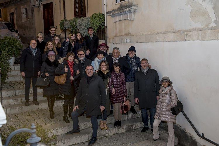 https://www.ragusanews.com//immagini_articoli/23-12-2017/1514052305-apre-arpel-uomo-scicli-festa-foto-7-500.jpg