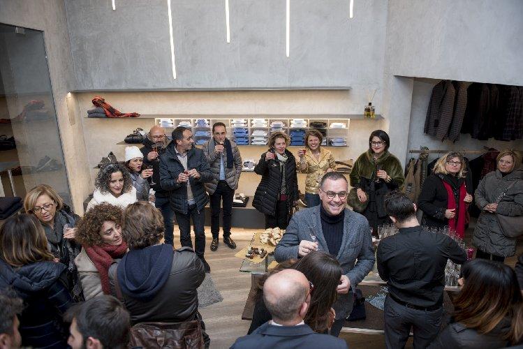 http://www.ragusanews.com//immagini_articoli/23-12-2017/apre-arpel-uomo-scicli-festa-foto-500.jpg