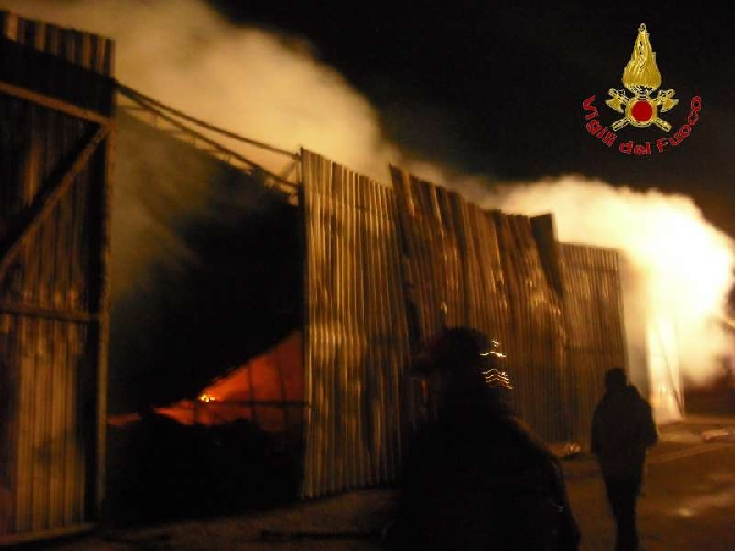 http://www.ragusanews.com//immagini_articoli/24-01-2015/va-a-fuoco-un-deposito-di-barche-500.jpg